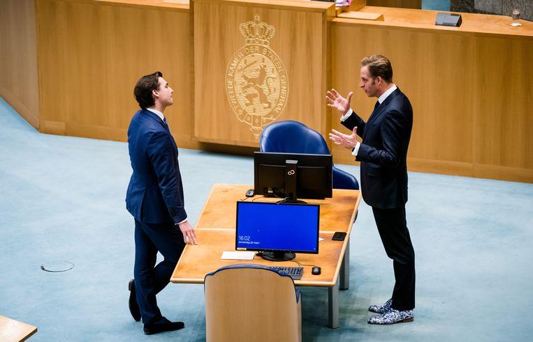 Thierry Baudet (FvD) en minister Hugo de Jonge  (CDA) tijdens een schorsing van het debat over de ontwikkelingen rondom het coronavirus.  Beeld ANP