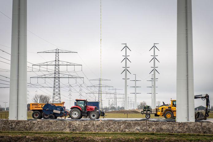 In Groningen worden de oude vakwerkmasten (links) vervangen door ranke wintracks (rechts). In West-Brabant komen geen wintracks maar nieuwe vakwerkmasten te staan voor de 380 kV-verbinding.