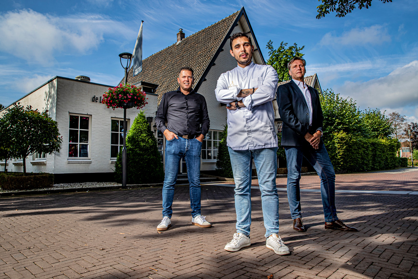 Sterrenrestaurant De Leest in Vaassen. Sterrenkok Jacob Jan Boerma (links) heeft het pand verkocht aan Jan Leune (rechts), wiens schoonzoon chef Pasquale Carfora de leiding over de keuken krijgt.