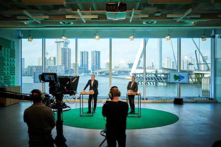 KPN topmannen Joost Farwerck (CEO) en Chris Figee (CFO) tijdens een virtuele bijeenkomst met analisten en investeerders. Beeld ANP