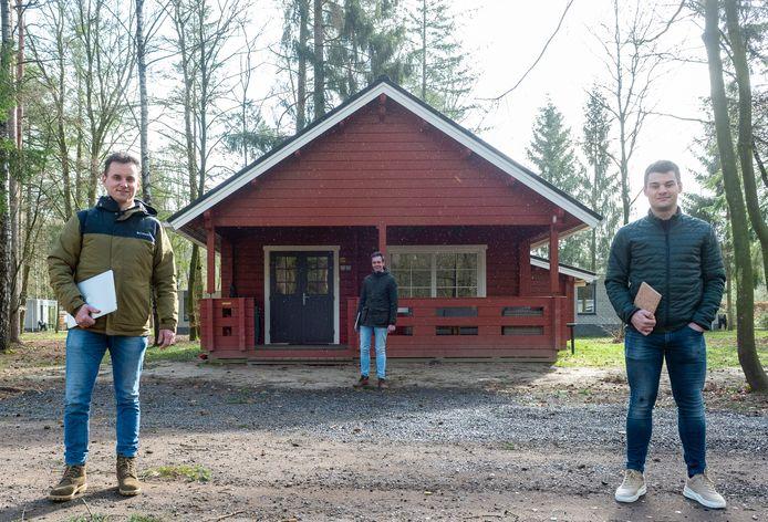 Het idee om vakantiehuisjes tijdelijk te gebruiken als werkplek is afkomstig van Jan Lowin IJzerman (.) en Marijn Ruijl (r.). Wouter van Reeven (m.) van De Jagerstee in Epe stelt zijn vakantiepark hiervoor beschikbaar.