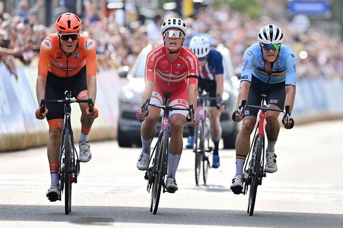 Dylan van Baarle (l) klopt Michael Valgren en Jasper Stuyven in de sprint.