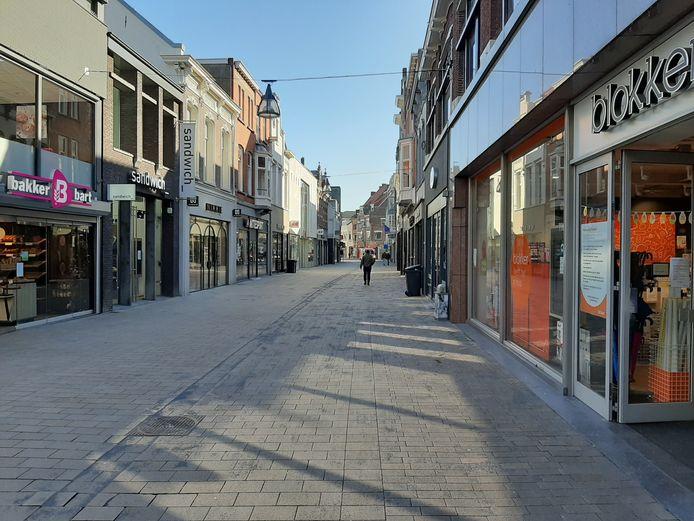 Op het hoogtepunt van de coronacrisis was de Heuvelstraat in Tilburg verlaten.