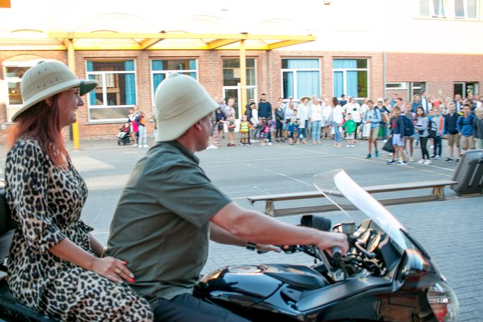 De nieuwe directrice Aline De Ruysscher wordt met de moto naar de speelplaats gebracht.