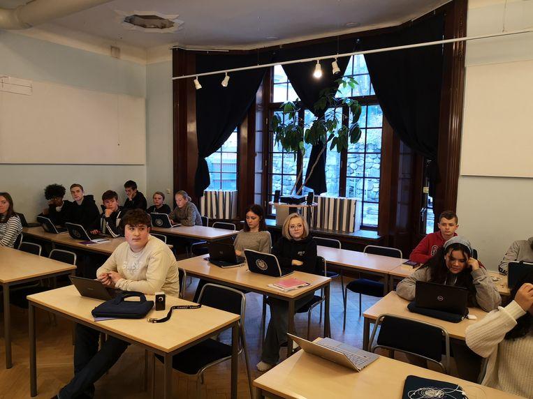Op de Jensen Grundskola in Zweden zitten leerlingen twee aan twee tijdens de les. Ze hoeven geen mondkapjes te dragen. Beeld Anne Grietje Franssen