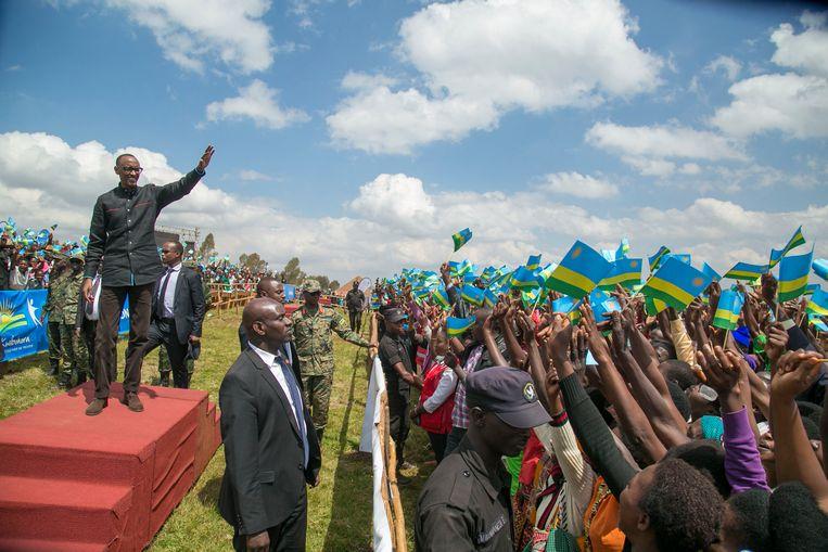 De omstreden leider van Rwanda Paul Kagame groet zijn volgelingen. Beeld BELGAIMAGE
