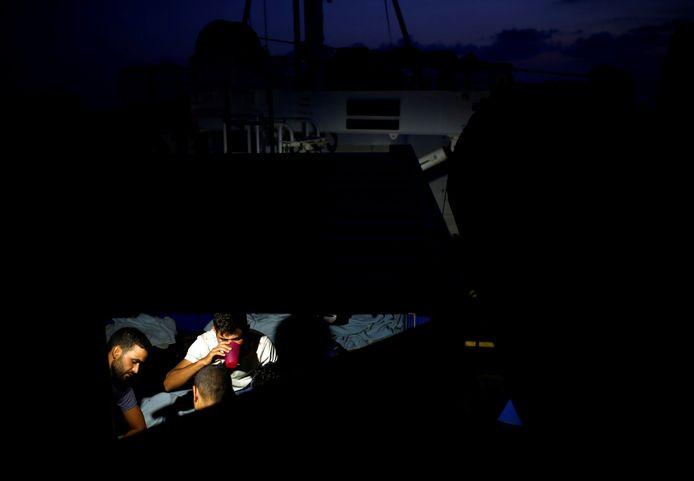Tunesische migranten aan boord van de Alan Kurdi.