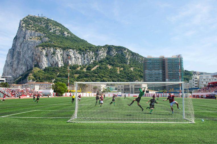 Het Victoria Stadion in Gibraltar waar het Nederlands elftal dinsdagavond het doelsaldo moet opschroeven in een WK-kwalificatieduel tegen de Britse kroonkolonie. Beeld Hollandse Hoogte / AFP