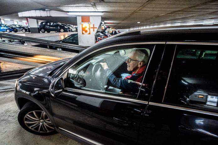 De verslaggever neemt de proef op de som in parkeergarage Rozet.