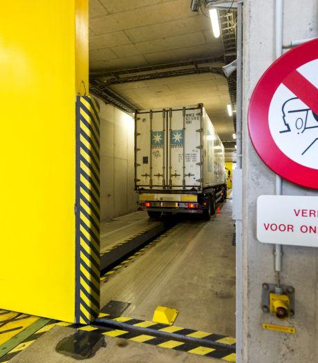 Corrupte douanier liet jaren containers met drugs door