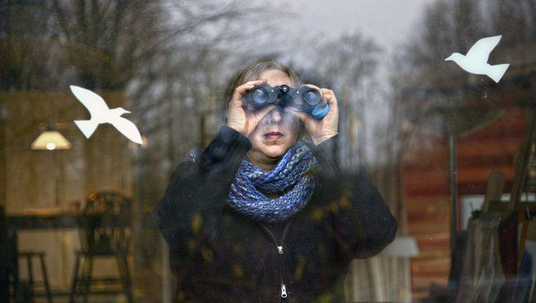Vanuit de woonkamer vogels spotten in eigen tuin. Beeld Flip Franssen/HH