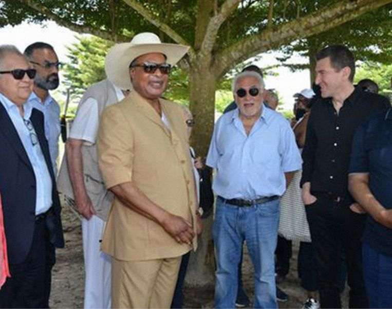 'Dominique Strauss-Kahn heeft nog nooit zoveel geld verdiend als nu.' (Foto: links van DSK president Denis Sassou-Nguesso van Congo-Brazzaville en rechts Matthieu Pigasse.) Beeld Twitter