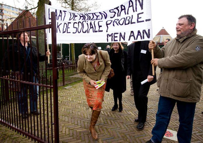 Minister Ella Vogelaar glipt onder een spandoek door tijdens een bezoek aan Overvecht in april 2008.