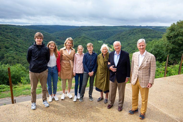 Prins Gabriel, kroonprinses Elisabeth, koningin Mathilde, prinses Eleonore, prins Emmanuel, koningin Paola, koning Albert II en koning Filip. Beeld EPA