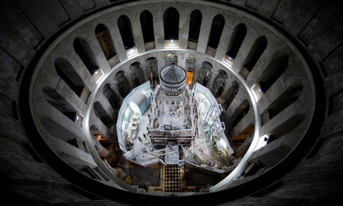 De Heilige Grafkerk. Het team werkt vooral 's nachts zodat pelgrims de tombe overdag nog kunnen bezoeken.