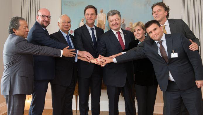 Premier Mark Rutte heeft dinsdag in New York met politiek leiders uit Maleisië, Australië, Oekraïne en België overleg gevoerd over de berechting van degenen die verantwoordelijk zijn voor het neerhalen van vlucht MH17 vorig jaar juli boven Oekraïne. Daar werd deze omstreden foto gemaakt.