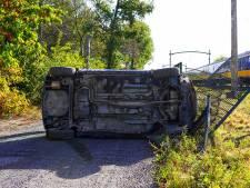 Automobilist crasht tegen hek naast het spoor in Dorst, treinverkeer rijdt stapvoets