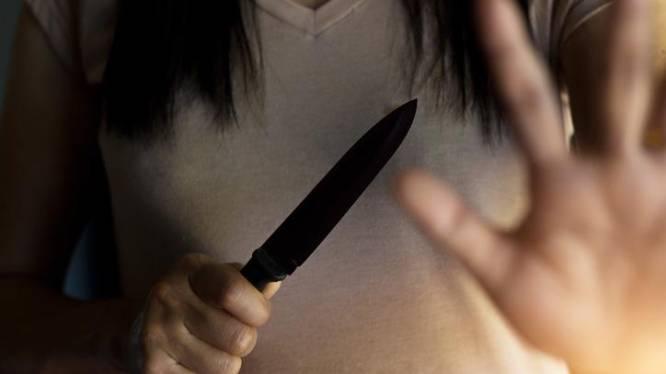 Vrouw die eerder huisarts dag en nacht belaagde, haalt uit met mes bij OCMW
