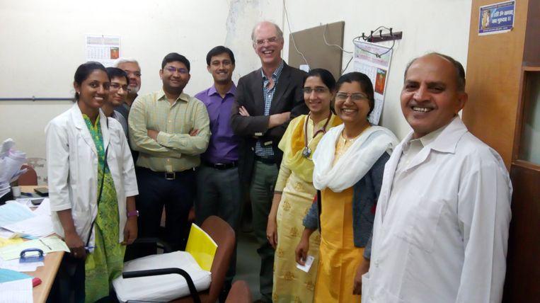 Sjaak Neefjes (midden) in India. De chemicus heeft dankzij de nalatenschap van Els Borst de productie van een beloftevol kankermedicijn op gang gebracht. Beeld Archief Sjaak Neefjes