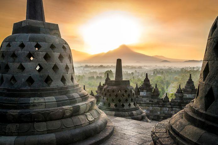Zonsopgang bij de Borobudur-tempel op het Indonesische eiland Java.