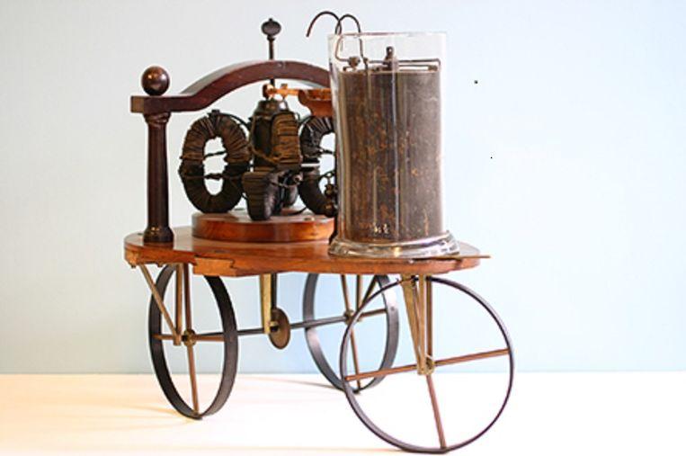 De elektrische driewieler, die Sibrandus Stratingh al in 1835 door Groningen liet rijden. De eerste elektrische 'auto', maar eigenlijk meer een batterij op wielen. Beeld Museum Rijksuniversiteit Groningen