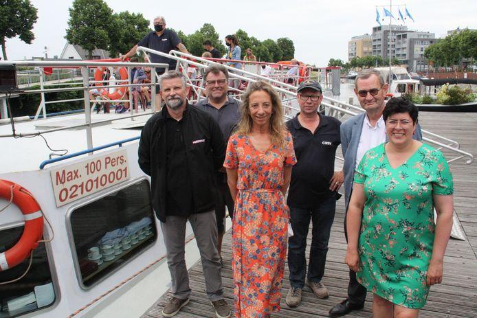 Tom Durie, Peter Demarée, schepen Katleen Winne, kapitein Andy Olislagers, schepen Gaby Verstraete en burgemeester Lies Laridon.