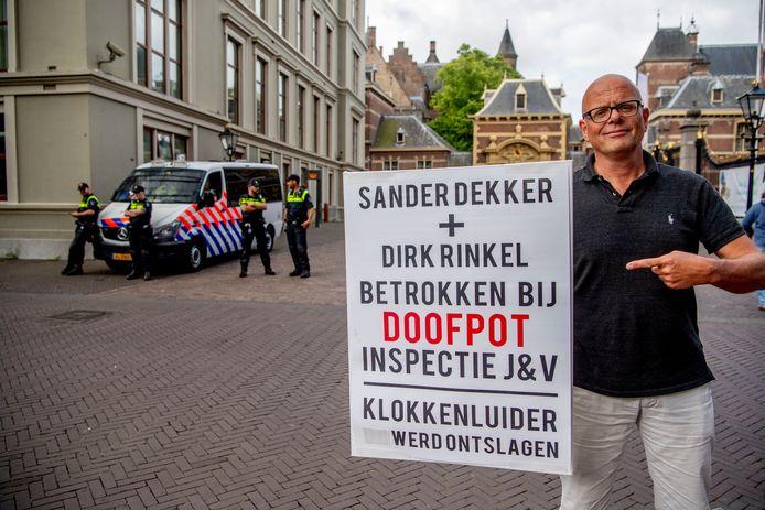 Huig Plug demonstreert bij het Binnenhof.