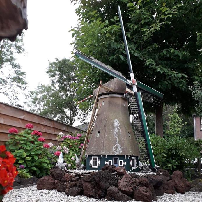 De tuinmolen op zijn oude plek in de tuin bij de familie Rietveld, voordat hij gedemonteerd werd. Van de tuinmolen wordt door Kevin Strijker nu een speelmolen gemaakt. Een werkende modelmolen dus.
