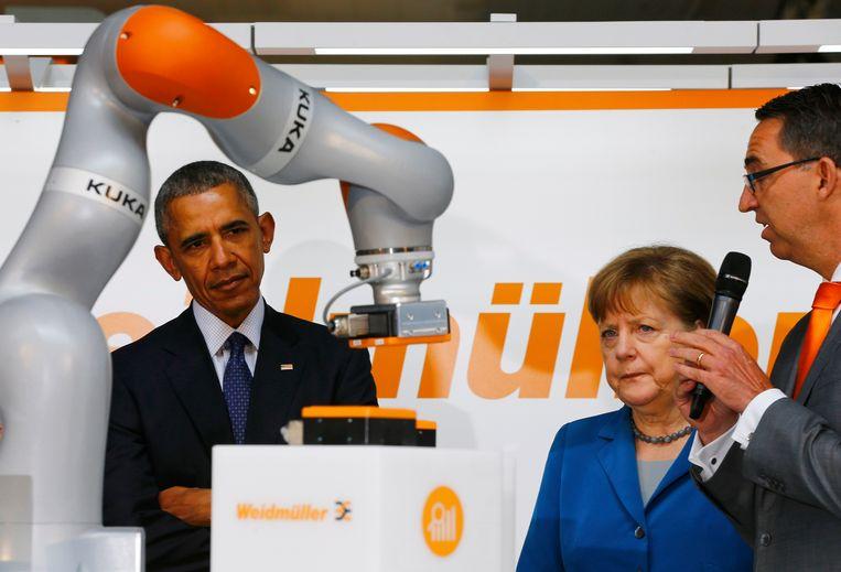 De Duitse robotbouwer Kuka kwam deze zomer vrijwel volledig in Chinese handen. In april had bondskanselier Merkel het bedrijf nog aan president Obama getoond. Beeld REUTERS