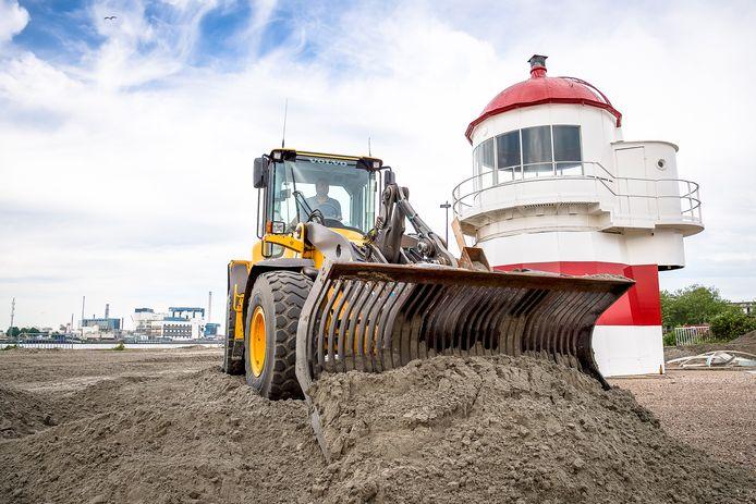 Het zand wordt gestort op het toekomstige stadsstrand van Vlaardingen.