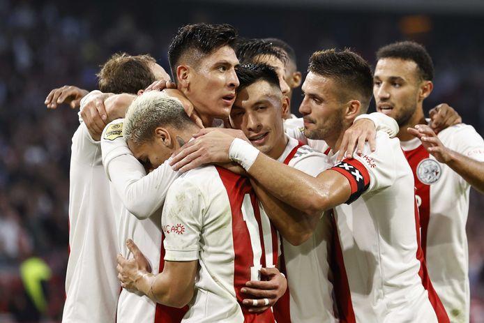 Spelers van Ajax vieren een treffer tegen FC Groningen.
