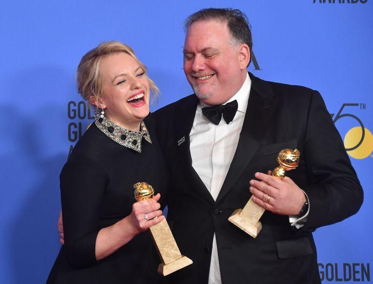 Producers Bruce Miller en Elisabeth Moss met hun Golden Globes. Beeld AFP