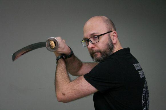 Daniël Camu met een gevechtszwaard.