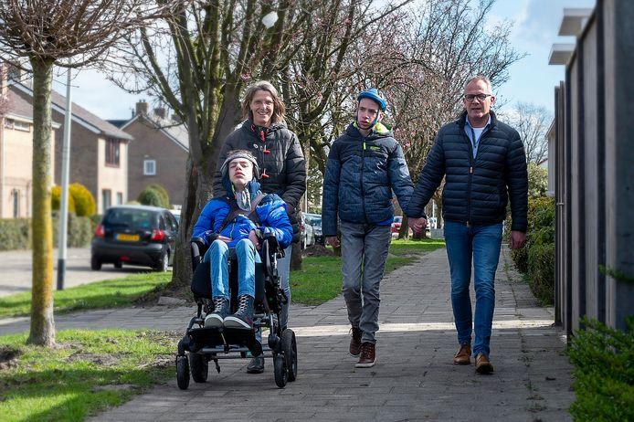 Judith Schuurmans en Marcus van Amen in Roosendaal aan de wandel met Bart en Tijn.