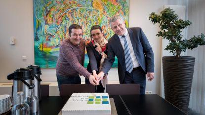 Vluchteling bedankt Sociaal Huis met taart