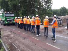 Rijksweg bij Schaijk nu op de schop; bestuurders en bouwers trekken er hard aan