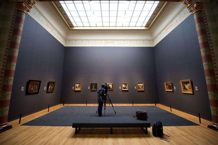 Een filmploeg filmt de schilderijen van Vermeer Beeld anp