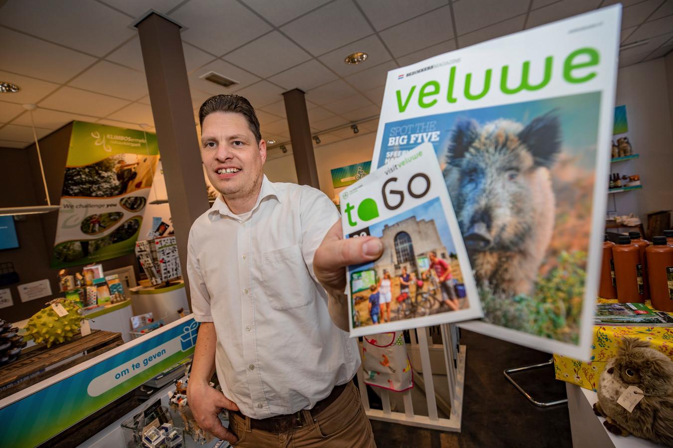 Ronnie Regeling, vestigingsmanager van het VVV-kantoor in Ermelo, is topdrukte met deze paasdagen. Niet alleen raakt Ermelo overstroomd met campinggasten die info willen, ook organiseert de VVV samen met ondernemers zaterdag de Paasmarkt, waar hij ook erg druk voor is.