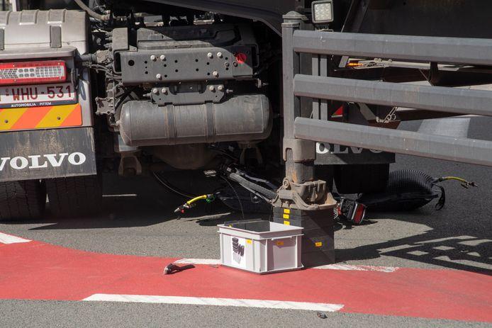 De vrouw kwam onder de vrachtwagen terecht.