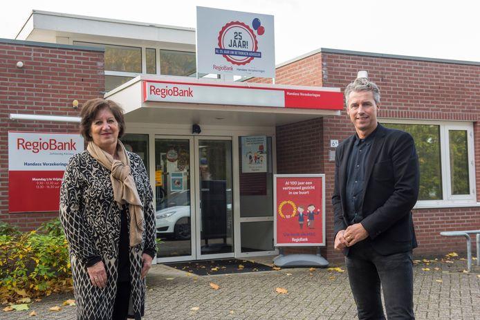Tonny Heijnen (links) en Pieter van der Steen van de jubilerende RegioBank in Vessem.
