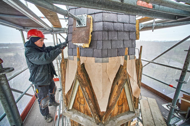 Leidekker Freek Bruinsma aan het werk op een van de vijf steiger-etages die rond het torentje op Soeterbeeck zijn gebouwd.