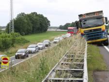 Kiepwagen botst tegen vangrail langs N36: file van Almelo naar Vriezenveen