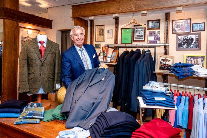 John Segeren in zijn herenmodewinkel aan de Rotterdamse Mauritsweg. De zaak zit daar al ruim dertig jaar.