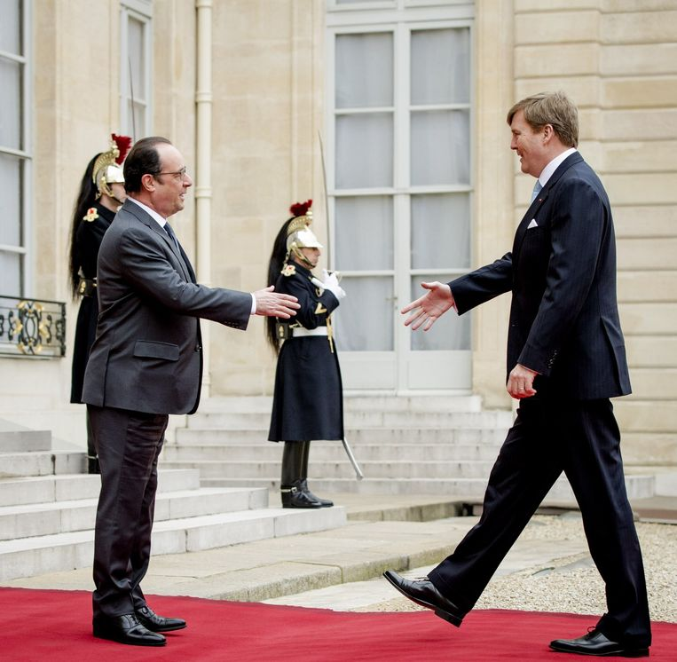 Willem-Alexander komt aan bij het Elysée, waar Hollande hem opwacht. Beeld epa