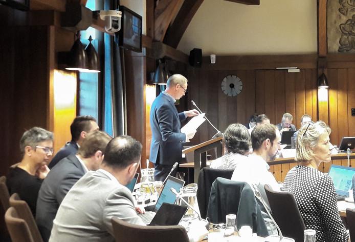 VVD-fractievoorzitter Arnoud van Vliet achter het spreekgestoelte in de Bredase raadszaal.
