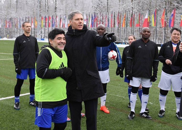 Diego Maradona en Marco van Basten in 2017 tijdens de Fifa International Legends Game.  Beeld BSR Agency