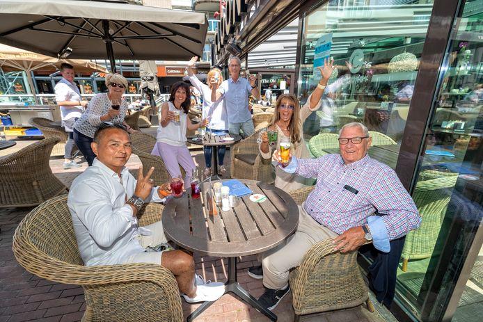 De 84-jarige Jan van Greuningen (r) komt na drie maanden weer buiten en viert dat op het terras bij Clooney.