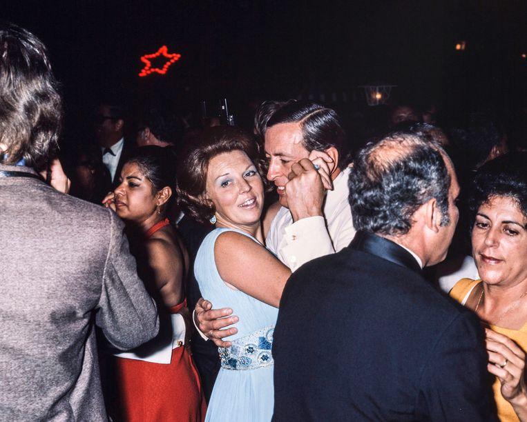 25 november 1975. Prinses Beatrix en prins Claus dansen op het staatsbal in hotel Torarica in Paramaribo op de avond van de soevereiniteitsoverdracht. Beeld Hollandse Hoogte / Nationaal Fotopersbureau