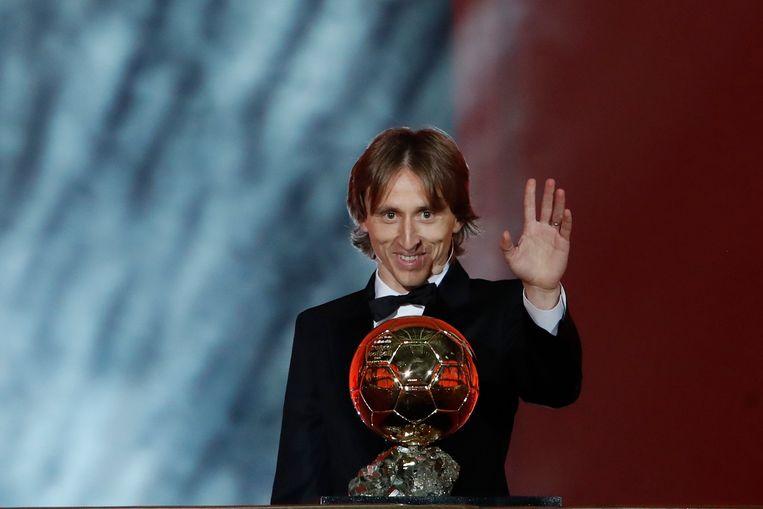 De 33-jarige Luka Modric poseert met zijn eerste Gouden Bal in het Grand Palais van Parijs. 'Een uniek gevoel.' Beeld AP