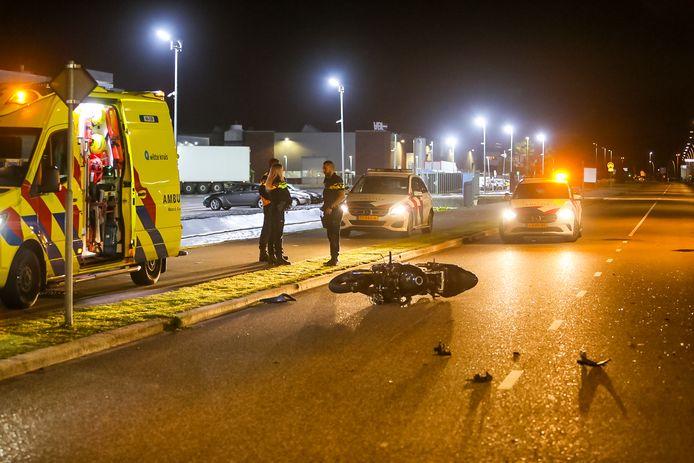 Bij het ongeluk raakten zowel de bestuurder van de motor als die van de auto dusdanig gewond dat ze moesten worden afgevoerd naar het ziekenhuis.